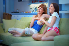 dziewczyny na dwóch tv Obrazy Stock