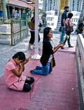 Dziewczyny na ich kolanach przed ołtarzem Obraz Stock