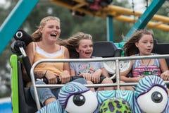 Dziewczyny na karnawałowej przejażdżce przy stanu jarmarkiem Zdjęcie Stock