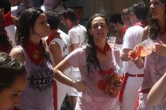 Dziewczyny na ulicie w San Fermin Pamplona zdjęcia royalty free