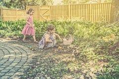Dziewczyny na Wielkanocnego jajka polowaniu - Retro Obrazy Royalty Free