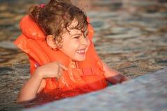 dziewczyny nadmuchiwany mały basenu waistcoat fotografia royalty free