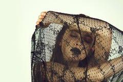 Dziewczyny nakrycia twarz z czernią, koronkowa przesłona zdjęcie royalty free