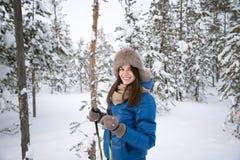 Dziewczyny narciarstwo w śnieżnych drewnach Zdjęcia Royalty Free