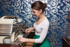 Dziewczyny narządzania kawa Zdjęcia Royalty Free