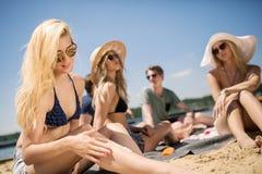 Dziewczyny narządzanie dla sunbathing Obrazy Stock