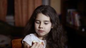 Dziewczyny nastoletni łasowanie jabłczany obsiadanie w pokoju w wieczór zbiory wideo