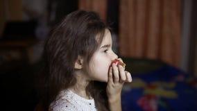 Dziewczyny nastoletni łasowanie jabłczany obsiadanie w pokoju w wieczór owocowym zdrowym łasowaniu zbiory wideo