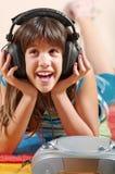 dziewczyny nastoletni szczęśliwy słuchający muzyczny Zdjęcie Royalty Free