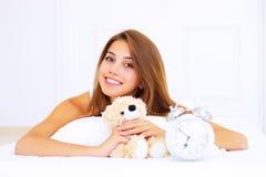 dziewczyny niedźwiadkowy łóżkowy miś pluszowy Zdjęcia Stock