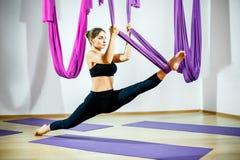 Dziewczyny nogi rozciągliwość używać hamaka Powietrzni joga ćwiczenia zdjęcie royalty free