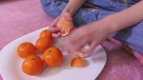 Dziewczyny obierania clementines zdjęcie wideo