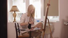 Dziewczyny obsiadanie blisko okno rysuje obrazek akwarela zbiory