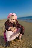 dziewczyny obsiadanie mały denny Fotografia Royalty Free