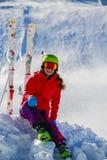Dziewczyny obsiadanie na świeżym prochowym śniegu Zdjęcia Royalty Free