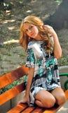 Dziewczyny obsiadanie na ławce Zdjęcia Royalty Free