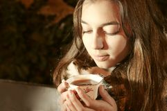 Dziewczyny obsiadanie na banch w noc parku, brać herbacianą filiżankę i Obraz Royalty Free