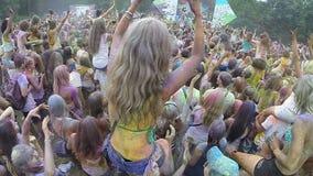 Dziewczyny obsiadanie na chłopaków ramionach, klascze ręki przy koncertem zbiory wideo