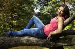 dziewczyny obsiadanie na drzewie Zdjęcie Royalty Free