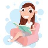 Dziewczyny obsiadanie na kanapie i czytaniu książka Obraz Stock