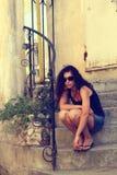 Dziewczyny obsiadanie na krokach. Fotografia Royalty Free