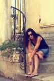 Dziewczyny obsiadanie na krokach. Zdjęcie Stock