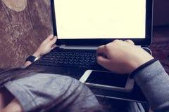 Dziewczyny obsiadanie na leżance i działanie z laptopem Obraz Royalty Free