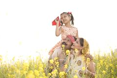 Dziewczyny obsiadanie na ojca ramieniu i miotanie papierowym samolocie zdjęcia royalty free