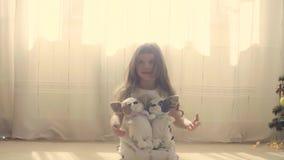 Dziewczyny obsiadanie na podłoga z dwa faszerującymi psami zdjęcie wideo
