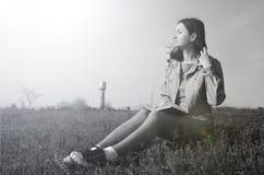 Dziewczyny obsiadanie na polu w lecie zdjęcia stock