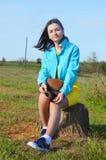 Dziewczyny obsiadanie na polu w lecie zdjęcie royalty free