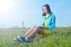 Dziewczyny obsiadanie na polu w lecie obrazy royalty free
