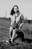 Dziewczyny obsiadanie na polu w lecie fotografia stock