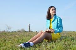 Dziewczyny obsiadanie na polu w lecie zdjęcia royalty free