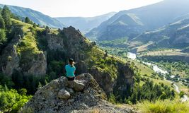 Dziewczyny obsiadanie na skale patrzeje widok obrazy royalty free