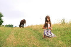 Dziewczyny obsiadanie na wiejskiej drodze Obrazy Royalty Free