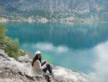 Dziewczyny obsiadanie na wzgórzu w Adriatic morzu Zdjęcia Stock
