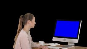 Dziewczyny obsiadanie przed komputerowym dopatrywaniem i monitorem coś uśmiechnięty błękitny ekran w górę pokazu, alfa kanał