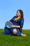 dziewczyny obsiadanie szczęśliwy ciążowy zdjęcie royalty free