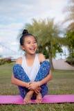 Dziewczyny obsiadanie w ogrodowy uśmiecha się śmiać się w wygodzie Przy zdjęcie stock