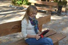 Dziewczyny obsiadanie w parku Zdjęcie Stock