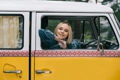 Dziewczyny obsiadanie w retro furgonetce Obrazy Stock