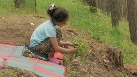 Dziewczyny obsiadanie wręcza trawy zwolnionego tempa wideo i dotyka zdjęcie wideo