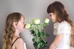 Dziewczyny obwąchuje róże Obraz Royalty Free
