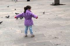 Dziewczyny och gołębie fotografia royalty free