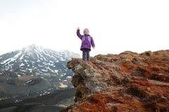 Dziewczyny odświętność dosięgał szczyt krater na górze Etna Fotografia Stock