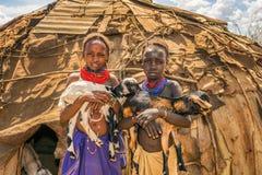 Dziewczyny od Afrykańskich plemienia Daasanach mienia kózek zdjęcie stock