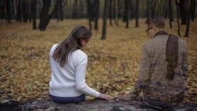 Dziewczyny oddawanie miejsce daty i czuciowy duch obecność jej ukochany fotografia stock