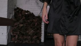 Dziewczyny odprowadzenia puszek ciemny korytarz zdjęcie wideo