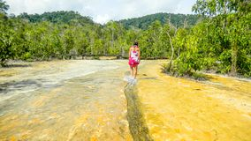 Dziewczyny odprowadzenie na Szmaragdowym basenie nawadnia blisko Krabi, Tajlandia zdjęcia royalty free